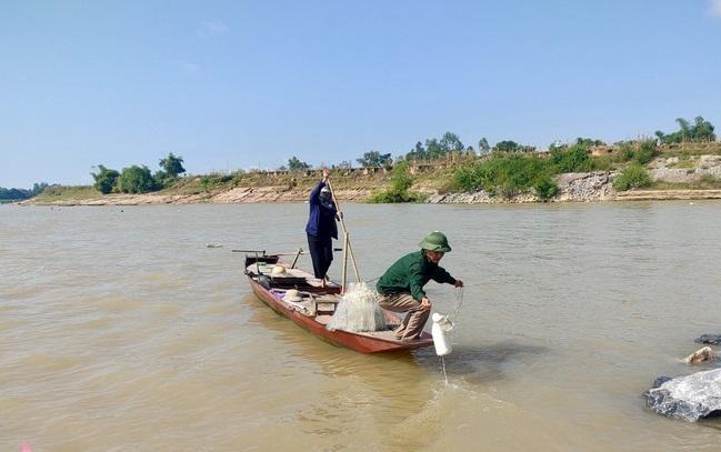 Đánh cá trên sông, hai vợ chồng cứu 4 thanh niên bị đuối nước ảnh 1
