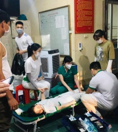 Nữ điều dưỡng kiệt sức ngất xỉu khi cố gắng lấy mẫu xét nghiệm cho người dân ảnh 1
