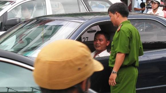 """Xe công """"đại náo"""" đường phố Sài Gòn ảnh 1"""