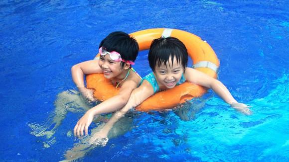 Giữ trẻ an toàn khi chơi với nước