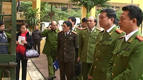 Đại tá Đinh Văn Toản - Phó Giám đốc CATP (đứng thứ 2 bên phải) kiểm tra tại Trại giam số 1 - CATP