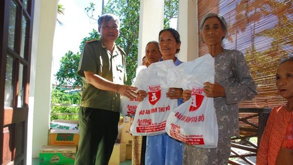 Đồng chí Vũ Kim Thành, Phó Tổng biên tập Báo ANTĐ trao quà cho người dân Quảng Nam