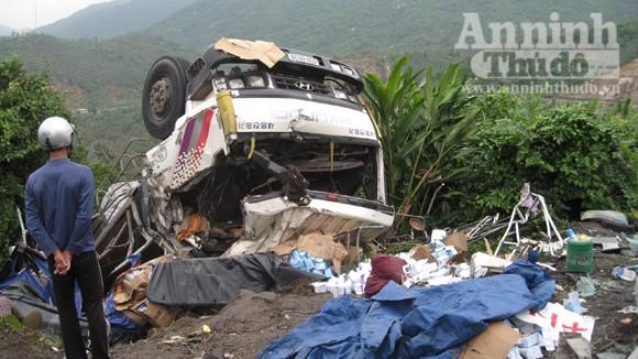 Lật xe tải, 1 người chết và 2 người bị thương ảnh 1