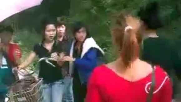 Phẫn nộ xem nữ sinh Thái Nguyên bị bạn đánh bất tỉnh ảnh 1