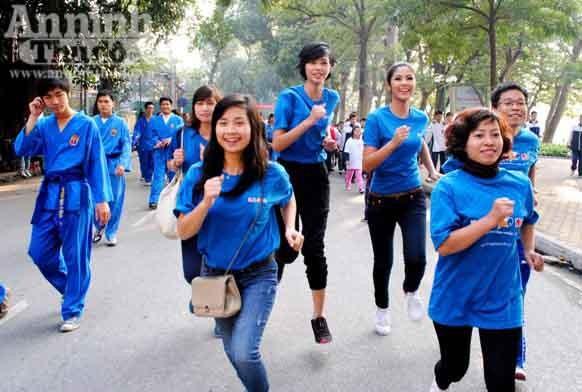 Hoa hậu Ngọc Hân chạy bộ vì trẻ em ảnh 4