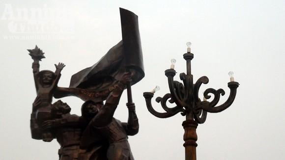 Nhếch nhác tại tượng đài chiến thắng Điện Biên Phủ ảnh 4