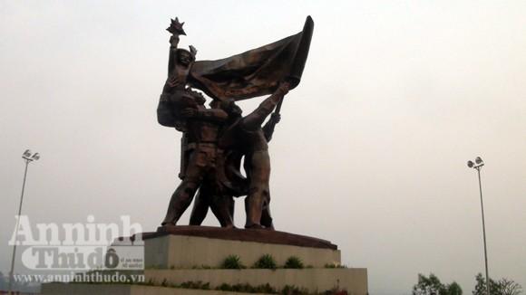 Nhếch nhác tại tượng đài chiến thắng Điện Biên Phủ ảnh 1