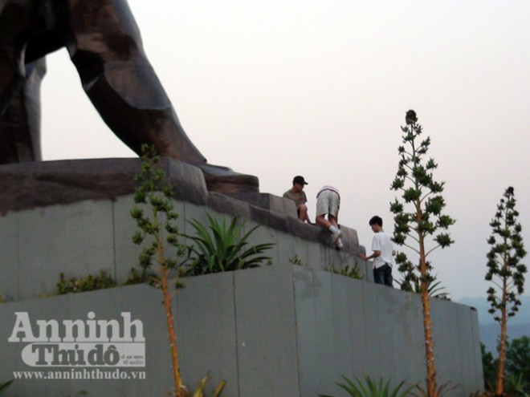 Nhếch nhác tại tượng đài chiến thắng Điện Biên Phủ ảnh 6