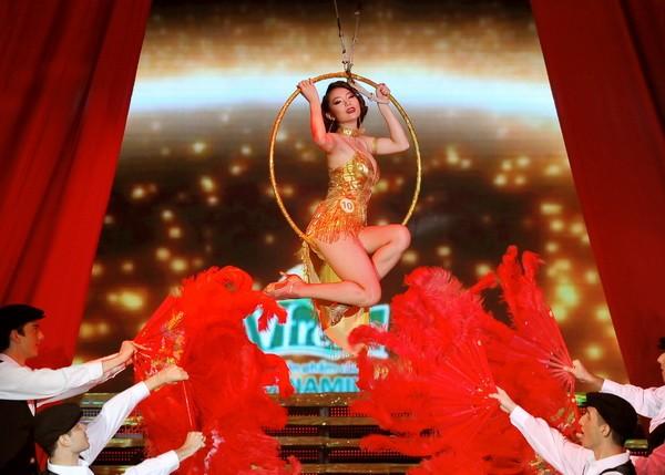 Minh Hằng hóa vũ nữ Broadway nóng bỏng và gợi cảm ảnh 2