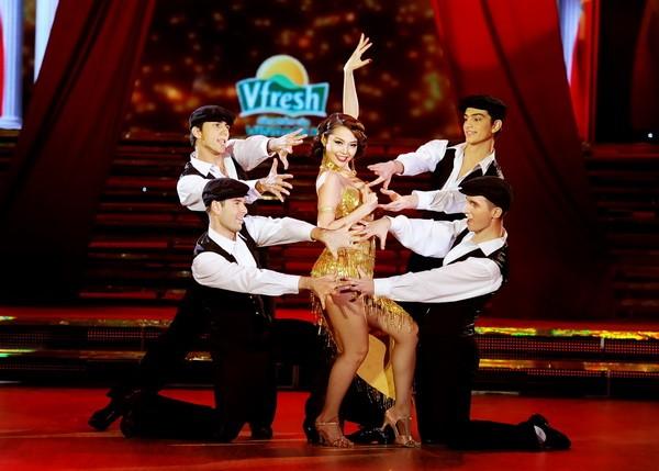 Minh Hằng hóa vũ nữ Broadway nóng bỏng và gợi cảm ảnh 13