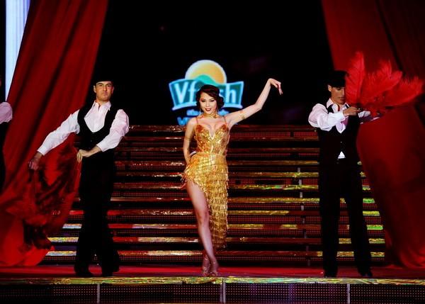 Minh Hằng hóa vũ nữ Broadway nóng bỏng và gợi cảm ảnh 4
