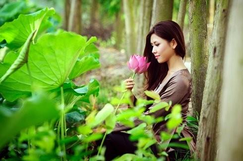 Hoa hậu biển Nguyễn Thị Loan mộc mạc bên đóa hoa sen ảnh 9