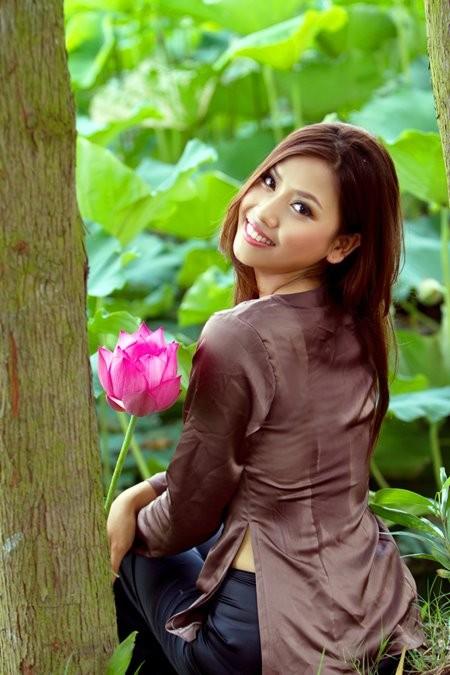Hoa hậu biển Nguyễn Thị Loan mộc mạc bên đóa hoa sen ảnh 6