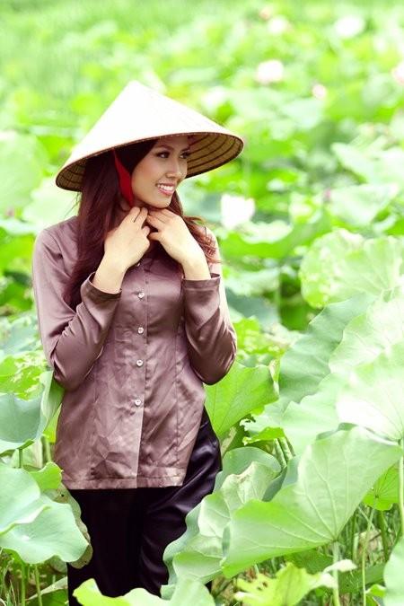 Hoa hậu biển Nguyễn Thị Loan mộc mạc bên đóa hoa sen ảnh 4