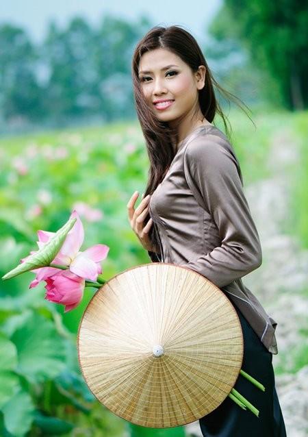 Hoa hậu biển Nguyễn Thị Loan mộc mạc bên đóa hoa sen ảnh 3