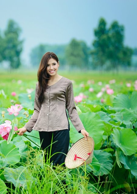 Hoa hậu biển Nguyễn Thị Loan mộc mạc bên đóa hoa sen ảnh 2
