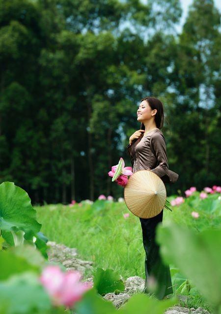 Hoa hậu biển Nguyễn Thị Loan mộc mạc bên đóa hoa sen ảnh 5