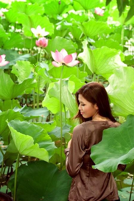 Hoa hậu biển Nguyễn Thị Loan mộc mạc bên đóa hoa sen ảnh 7