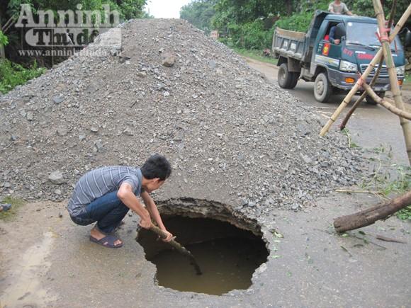 25 khối đất đá để lấp sông ngầm trên đường quốc lộ ảnh 3