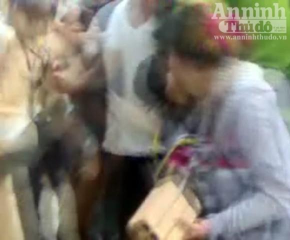 Bắt giữ hai nữ quái dùng gạch tấn công CSGT ảnh 1