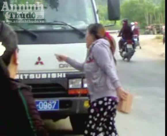Bắt giữ hai nữ quái dùng gạch tấn công CSGT ảnh 3