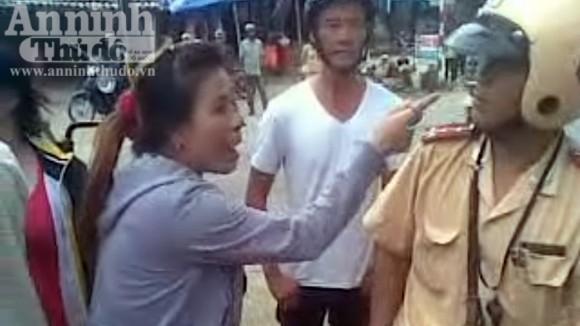 Bắt giữ hai nữ quái dùng gạch tấn công CSGT ảnh 4