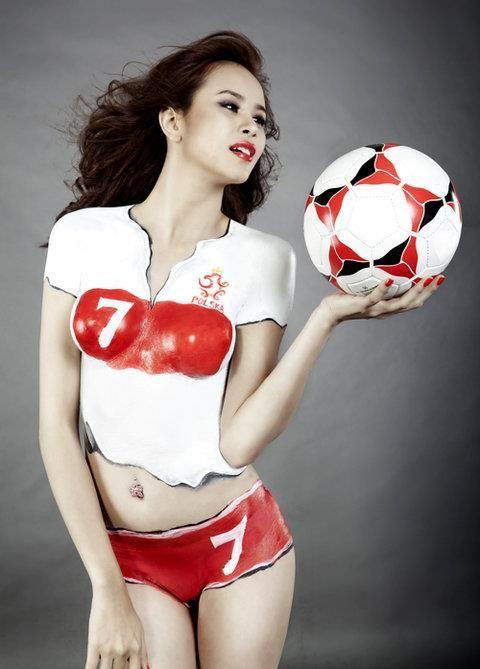 """""""Hot girl"""" Sài thành vẽ sơn lên cơ thể cổ vũ Euro 2012 ảnh 2"""