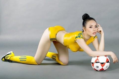 """""""Hot girl"""" Sài thành vẽ sơn lên cơ thể cổ vũ Euro 2012 ảnh 12"""