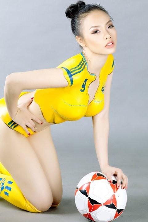 """""""Hot girl"""" Sài thành vẽ sơn lên cơ thể cổ vũ Euro 2012 ảnh 11"""