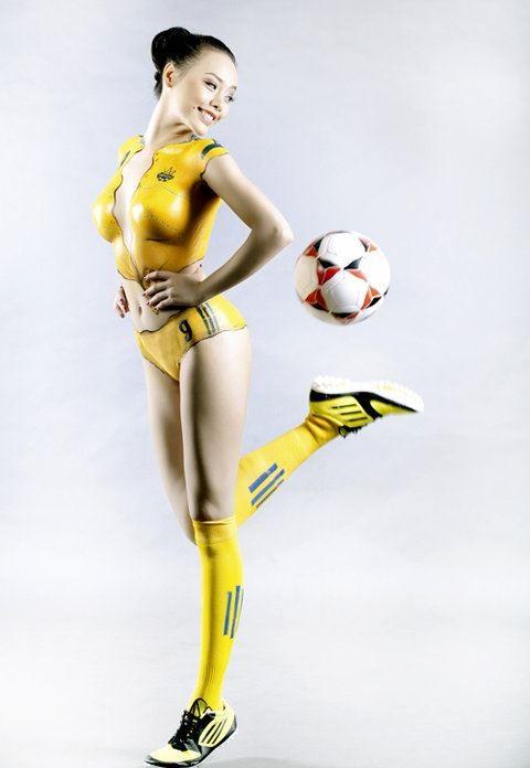 """""""Hot girl"""" Sài thành vẽ sơn lên cơ thể cổ vũ Euro 2012 ảnh 8"""