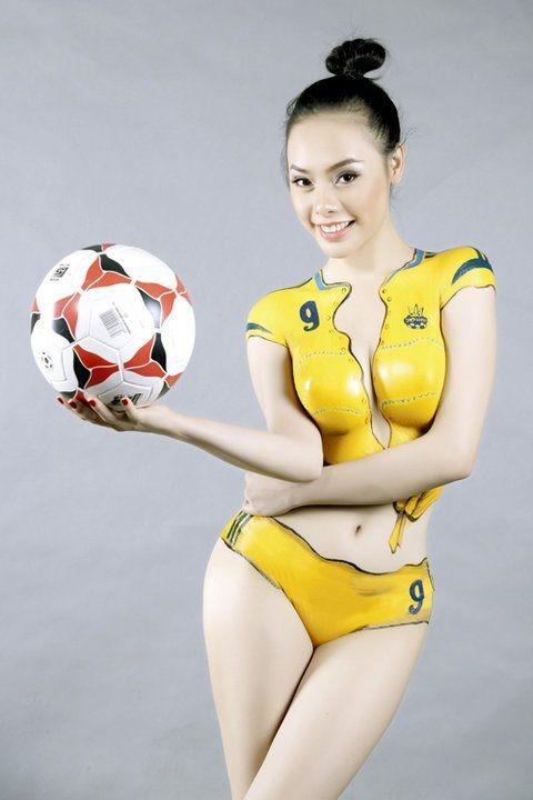 """""""Hot girl"""" Sài thành vẽ sơn lên cơ thể cổ vũ Euro 2012 ảnh 9"""