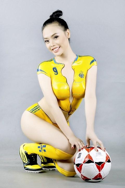"""""""Hot girl"""" Sài thành vẽ sơn lên cơ thể cổ vũ Euro 2012 ảnh 10"""
