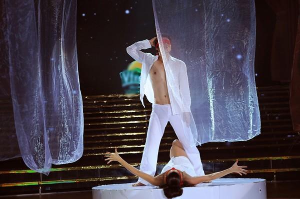 Trương Nam Thành khoe dáng chuẩn trong điệu múa đương đại ảnh 1