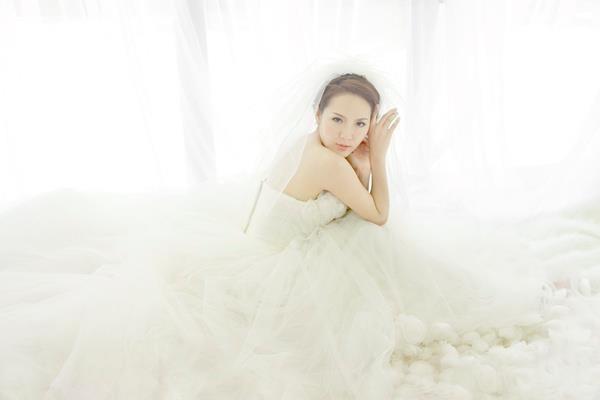 Phương Linh thẫn thờ khoác áo cô dâu ảnh 11