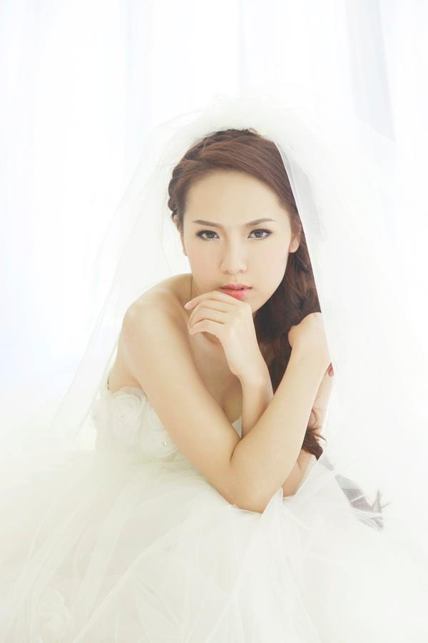 Phương Linh thẫn thờ khoác áo cô dâu ảnh 1