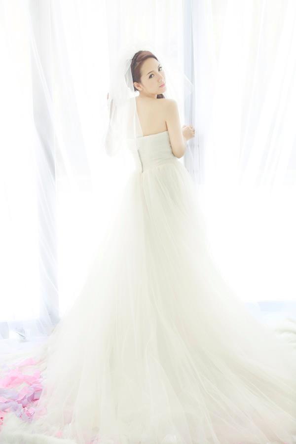 Phương Linh thẫn thờ khoác áo cô dâu ảnh 4
