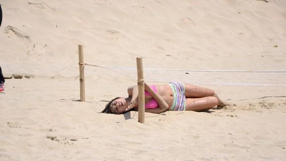 Thí sinh VJ Camp lăn lộn trên cát dưới cái nắng nóng bỏng ảnh 3