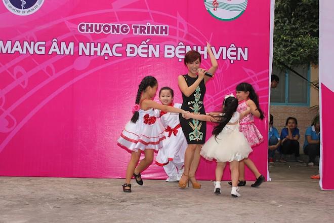 Uyên Linh, Wanbi Tuấn Anh xoa dịu nỗi đau bằng tiếng hát ảnh 2