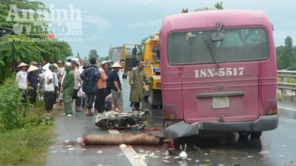 Xe khách đâm 5 xe máy kinh hoàng, 6 người chết ảnh 1