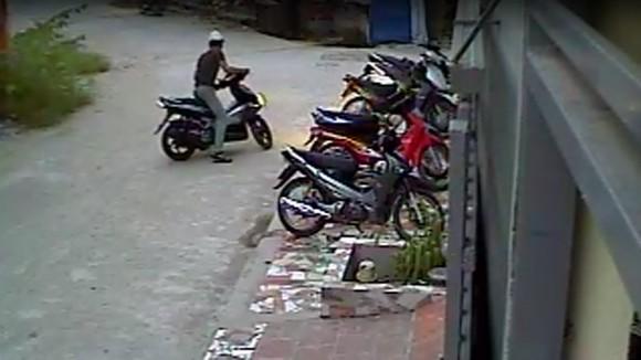 Xem tên trộm phá khóa, trộm xe trong chớp mắt ảnh 3
