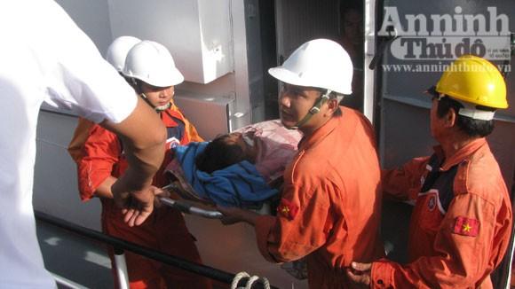 1 ngư dân bất tỉnh khi còn cách Nha Trang 225 hải lý ảnh 1