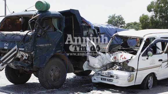 Xe khách đấu đầu xe tải, 3 người mắc kẹt trong cabin ảnh 1