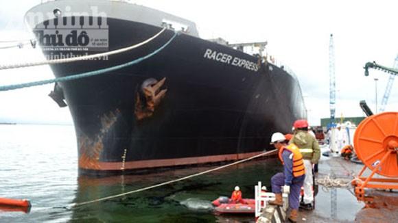 Vỡ đường ống làm 1.000 lít dầu tràn trên cảng biển Dung Quất ảnh 1