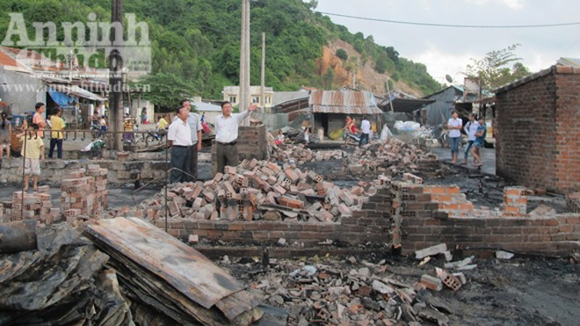 Phú Yên: Hỏa hoạn thiêu rụi 12 nhà dân ảnh 1