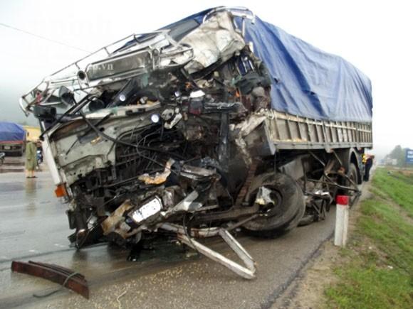 Xe tải đấu đầu, 2 tài xế thương vong ảnh 4