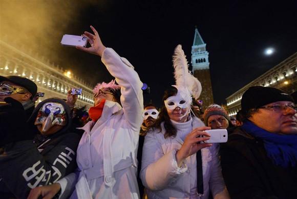 Người dân thế giới đón mừng năm mới 2013 ảnh 15