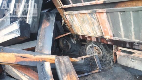 Container chở hàng chục khối gỗ bốc cháy dữ dội ảnh 2
