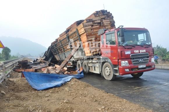 Container chở hàng chục khối gỗ bốc cháy dữ dội ảnh 3