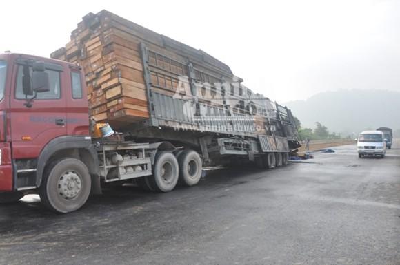 Container chở hàng chục khối gỗ bốc cháy dữ dội ảnh 1