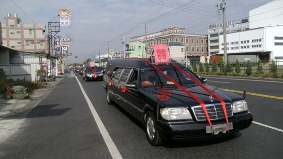 Đám cưới kì quặc: Chọn ngày xấu, rước dâu bằng...xe tang! ảnh 1